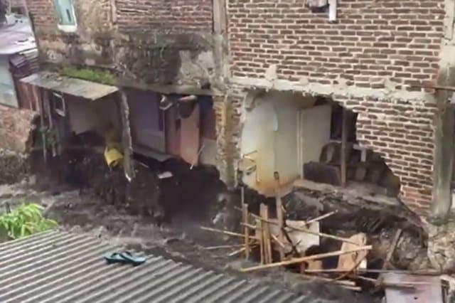 Surging river causes houses to collapse in Indonesia