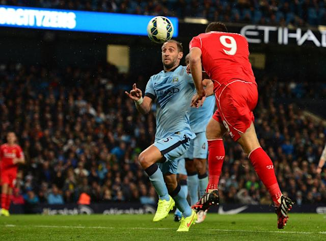 Manchester City defender Pablo Zabaleta (L) and a Liverpool striker vie for the ball in Manchester, August 25, 2014 (AFP Photo/Carl Court )