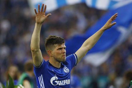 Football Soccer - Schalke 04 v Hamburg SV - Bundesliga - Veltins-Arena, Gelsenkirchen, Germany - 13/5/17 Schalke's Klaas-Jan Huntelaar gestures towards fans after the match  Reuters / Leon Kuegeler Livepic