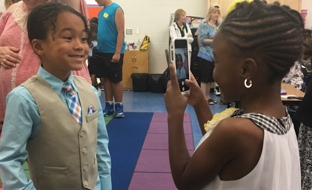 Photo of two young friends in kindergarten is melting people on social media's collective hearts (Photo: Twitter)