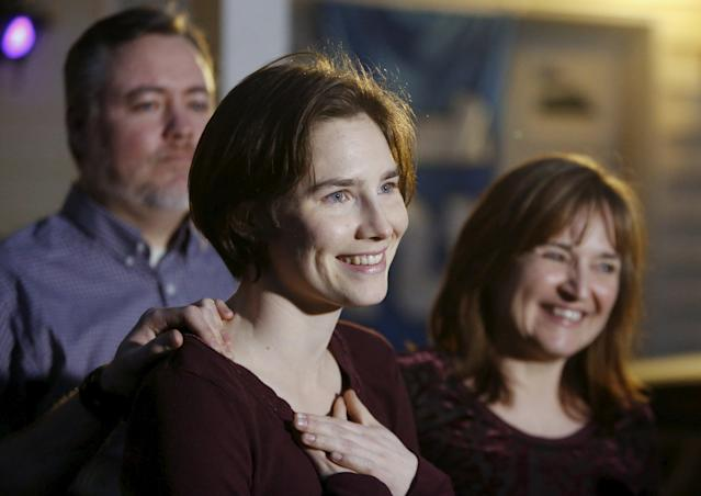 Amanda Knox talks to the press surrounded by family outside her mother's home in Seattle, Washington March 27, 2015. Italy's top court on Friday annulled the conviction of American Amanda Knox for the 2007 murder of British student Meredith Kercher and, in a surprise verdict, acquitted her of the charge. The Court of Cassation threw out the second guilty verdict to have been passed on Knox, 27, and her Italian former boyfriend Raffaele Sollecito for the lethal stabbing. REUTERS/Jason Redmond TPX IMAGES OF THE DAY