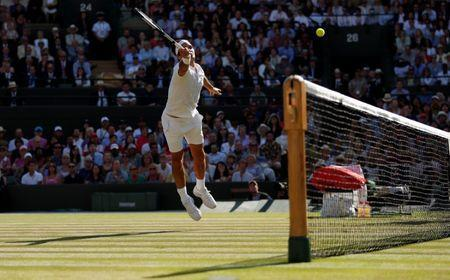 Tennis - Wimbledon - All England Lawn Tennis and Croquet Club, London, Britain - July 11, 2018. Switzerland's Roger Federer in action during his quarter final match against South Africa's Kevin Anderson. REUTERS/Andrew Boyers