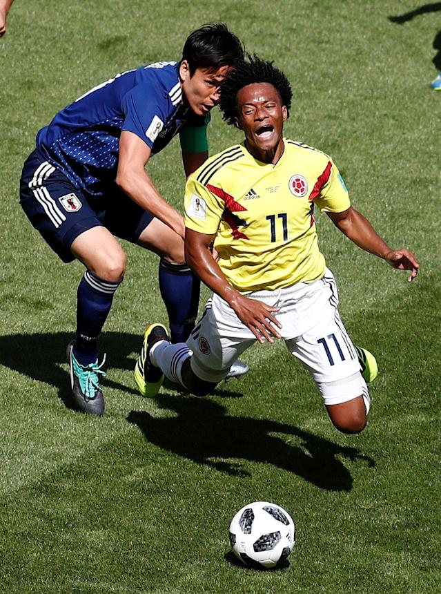 Soccer Football - World Cup - Group H - Colombia vs Japan - Mordovia Arena, Saransk, Russia - June 19, 2018 Colombia's Juan Cuadrado in action with Japan's Makoto Hasebe REUTERS/Damir Sagolj