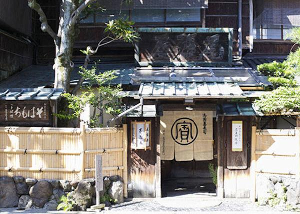 ▲The exterior of the restaurant exudes style and atmosphere. Note the striking historical signboard