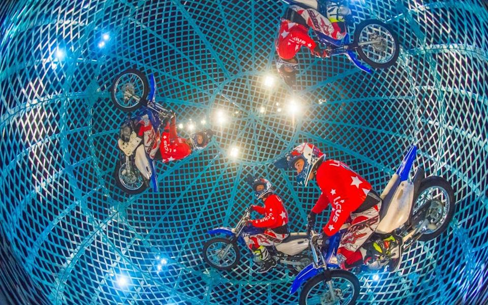 The Globe of Speed sees motorcyclists wheel and spin around - Piet-Hein Out