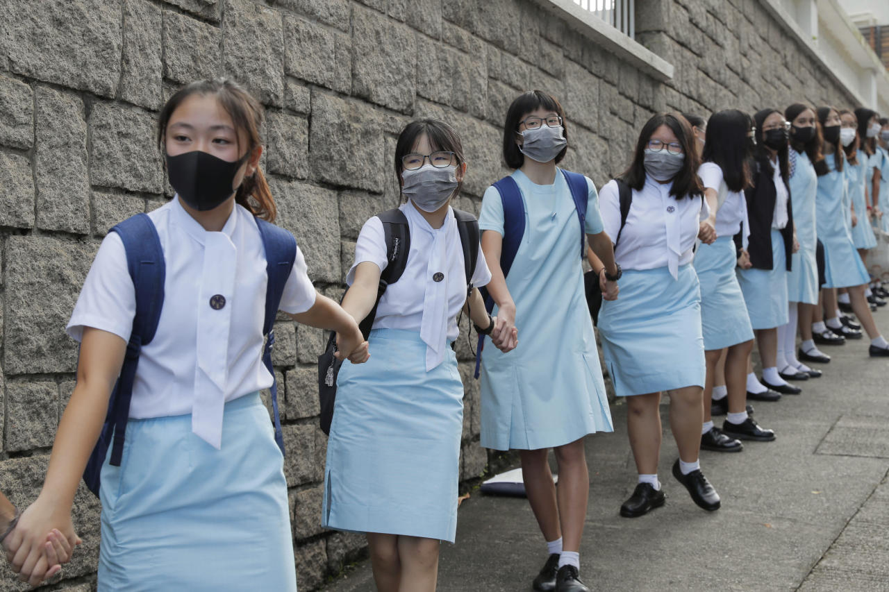 Hong Kong students form human chains in continuing protests