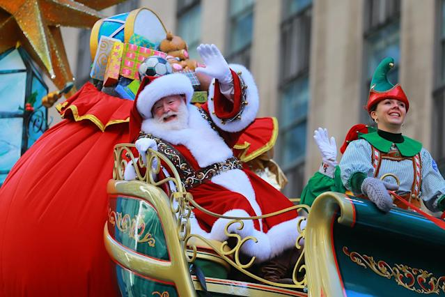 <p>Santa Claus waves to the crowds from the Macy's Santa's Sleigh float in the 91st Macy's Thanksgiving Day Parade in New York, Nov. 23, 2017. (Photo: Gordon Donovan/Yahoo News) </p>