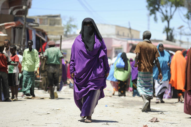 A Somali woman shops at the Hamar Weyne market in Mogadishu ahead of the Eid al-Adha festival on October 3, 2014 (AFP Photo/Tobin Jones)