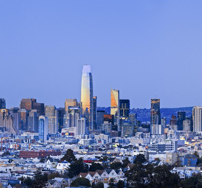 Pelli's Salesforce Tower in San Francisco reflecting the sunset at dusk.