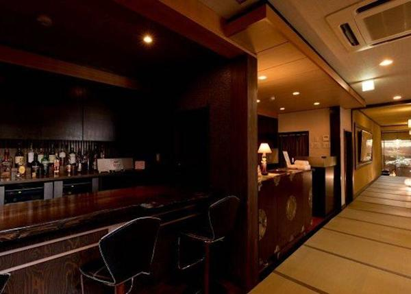 ▲ The interior has a nostalgic feel about it. If you spend the night you can also enjoy a drink at the bar in the front.