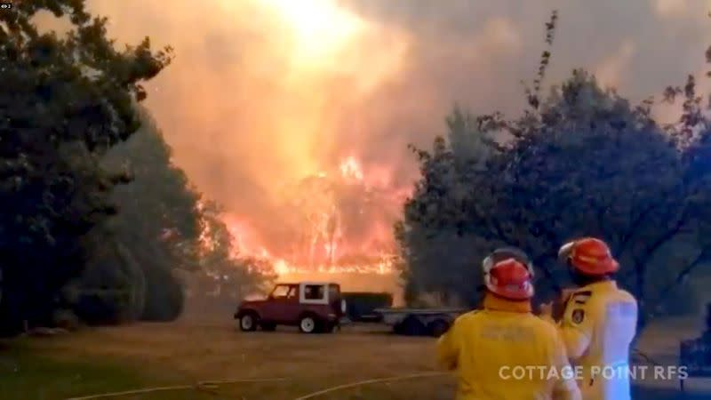 Residents, vacationers urged to leave Australian region as fire conditions worsen