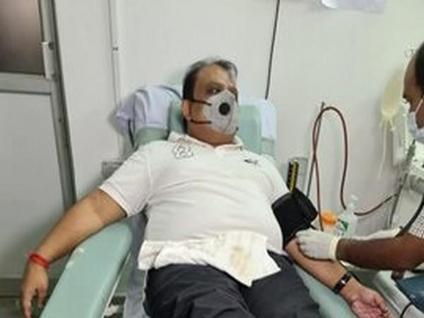 A visual of Thakur donating plasma at RIMS hospital in Ranchi on Sunday. (Picture courtesy: Thakur's Twitter)