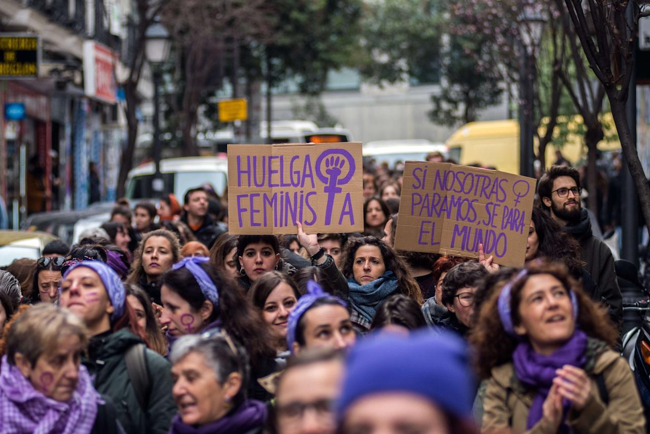 <p>El malva ha sido claramente el color predominante de las marchas (Photo by Marcos del Mazo/LightRocket via Getty Images) </p>