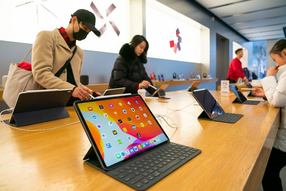 SHANGHAI, CHINA - 2020/01/12: Customers admire iPad Pro products in an Apple retail store in Shanghai. (Photo by Alex Tai/SOPA Images/LightRocket via Getty Images)