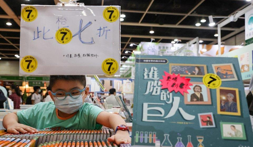 Publishers offered discounts on the last day of the Book Fair. Photo: May Tse