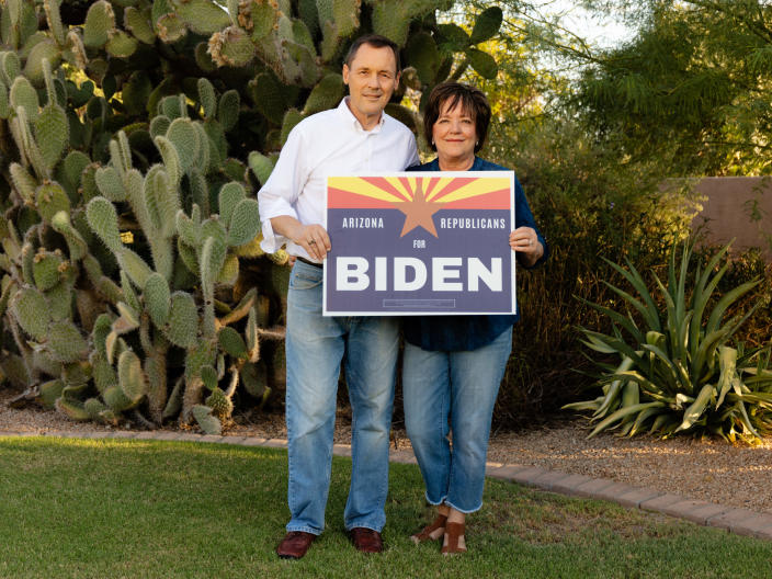 Dan and Nan Barker at their home in Gilbert, Ariz., on Sept. 7, 2020. (Cassidy Araiza/The New York Times)