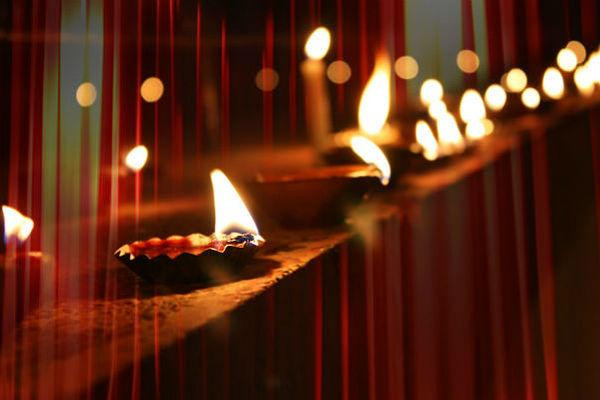 <b>3. </b><b>Décor</b><br>  	Since it is Diwali, your house should be basking in the light of  beautiful diyas. If you are hosting a theme party, your décor cannot  clash with your theme. Use clever ways to integrate traditional  decorations in your modern party. Instead of diyas, use fairy tea lights  to light up your house. Lanterns look really pretty too and give your  house a minimalist look. The rest of the decorations really depend on  your theme.