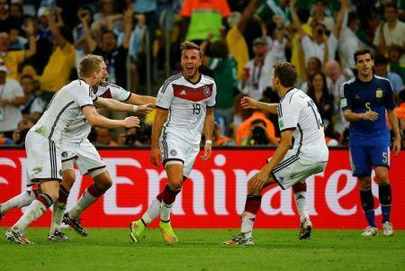 Germany's Mario Goetze (C) celebrates his goal against Argentina with his teammates (L-R) Andre Schuerrle , Benedikt Hoewedes and Thomas Mueller during extra time in their 2014 World Cup final at the Maracana stadium in Rio de Janeiro July 13, 2014. REUTERS/Kai Pfaffenbach