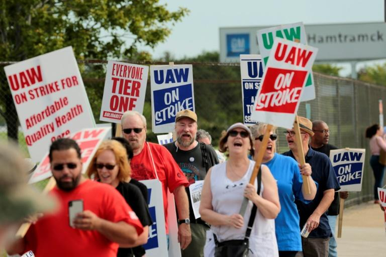 Members of the United Auto Workers (UAW) and supporters picket outside the General Motors Detroit-Hamtramck Assembly plant in Detroit, Michigan, as they strike on September 22, 2019 (AFP Photo/JEFF KOWALSKY)