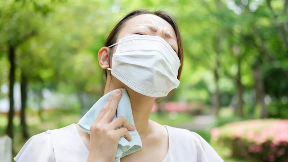 Effective tips to stay cool while wearing a face mask
