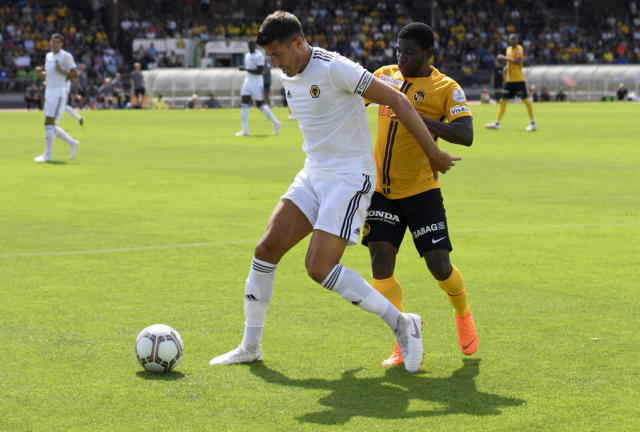 AA0701 UHRC. Bern (Switzerland Schweiz Suisse), 14/07/2018.- Wolverhampton Wanderers Danny Batth (L) in action against YB's Roger Assale during a friendly soccer match of the international Uhrencup tournament between BSC Young Boys and Wolverhampton Wanderers FC at the Stadion Neufeld in Bern, Switzerland, 14 July 2018. (Futbol, Amistoso, Suiza) EFE/EPA/ANTHONY ANEX