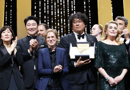 """72nd Cannes Film Festival - Closing ceremony - Cannes, France, May 25, 2019. Director Bong Joon-ho, Palme d'Or award winner for his film """"Parasite"""" (Gisaengchung), reacts with   Jury members and Catherine Deneuve. REUTERS/Stephane Mahe"""