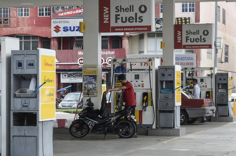 Customers are seen at a petrol station in Puchong Permai December 27, 2018. — Picture by Miera Zulyana