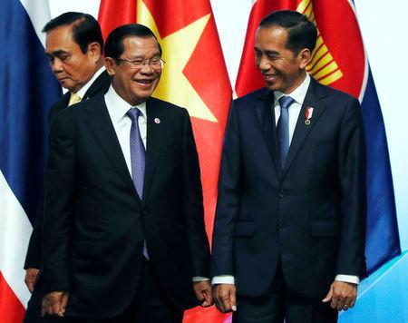ASEAN leaders Indonesia's President Joko Widodo and Cambodia's Prime Minister Hun Sen chat after a group photo during the opening ceremony of the 33rd ASEAN Summit in Singapore November 13, 2018. REUTERS/Edgar Su
