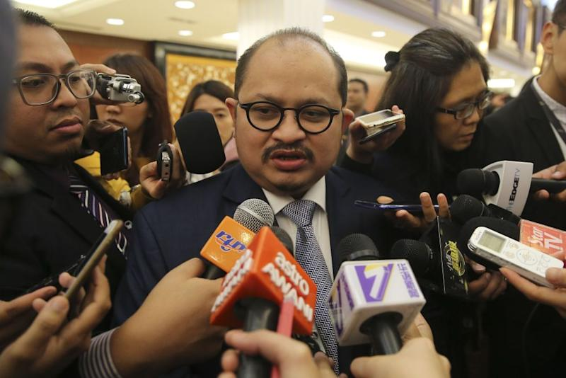 Primary Industries Deputy Minister Datuk Seri Shamsul Iskandar speaks to reporters at Parliament in Kuala Lumpur October 23, 2018. ― Picture by Yusof Mat Isa