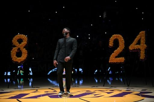 Usher sings Amazing Grace during the Los Angeles Lakers ceremony to honor Kobe Bryant before their NBA game against the Portland Trail Blazers