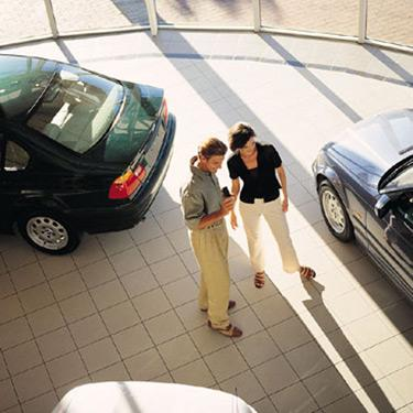 Couple-looking-at-cars_web