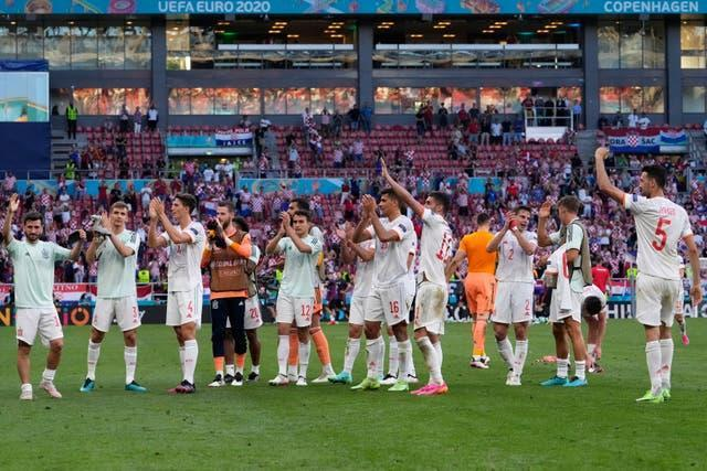 Spain's players applaud the fans at the end of their thrilling 5-3 win against Croatia