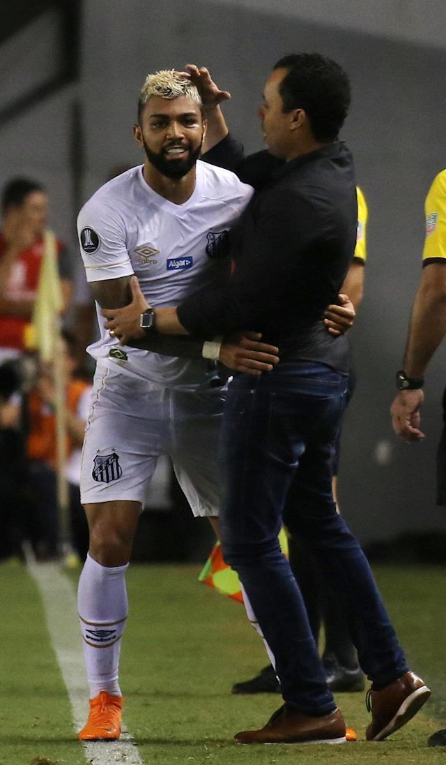Soccer Football - Brazil's Santos v Argentina's Estudiantes - Copa Libertadores - Vila Belmiro Stadium, Santos, Brazil - April 24, 2018 - Gabriel Barbosa (L) of Santos reacts with coach Jair Ventura after scoring a goal. REUTERS/Paulo Whitaker