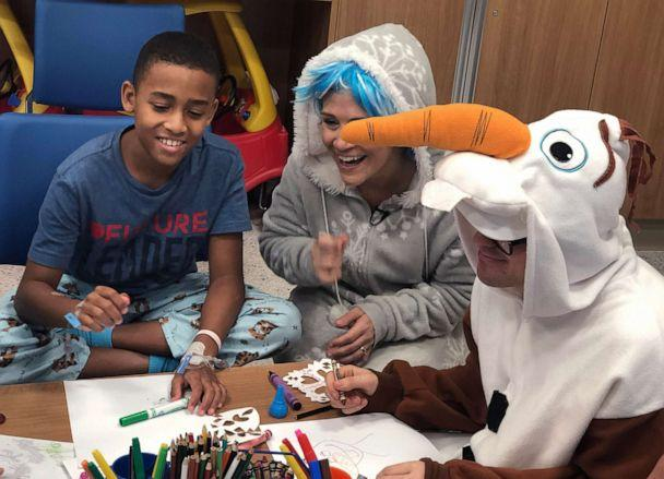 PHOTO: Patients have the opportunity to do arts and crafts with the performers following the show. (ABC News)