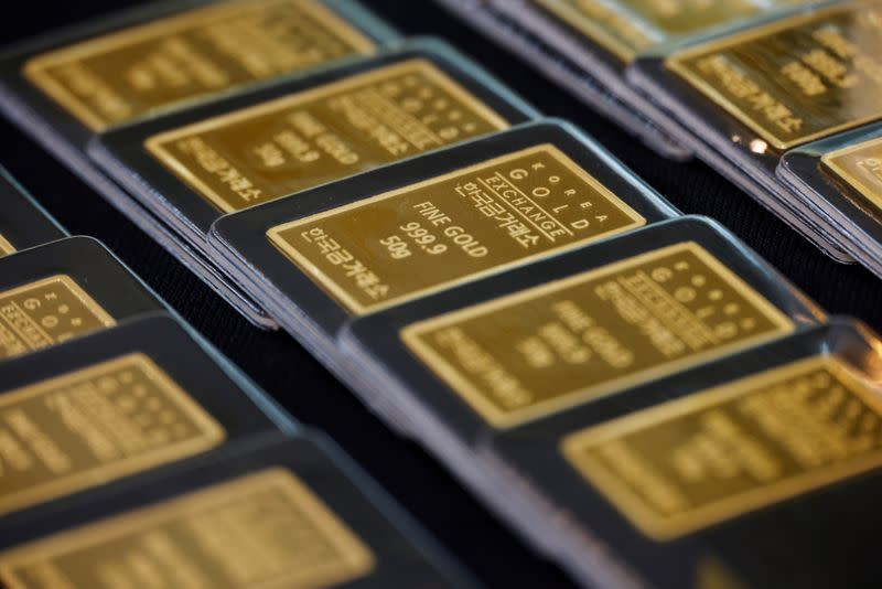 Gold eases as dollar strength, delay in USA  stimulus weigh
