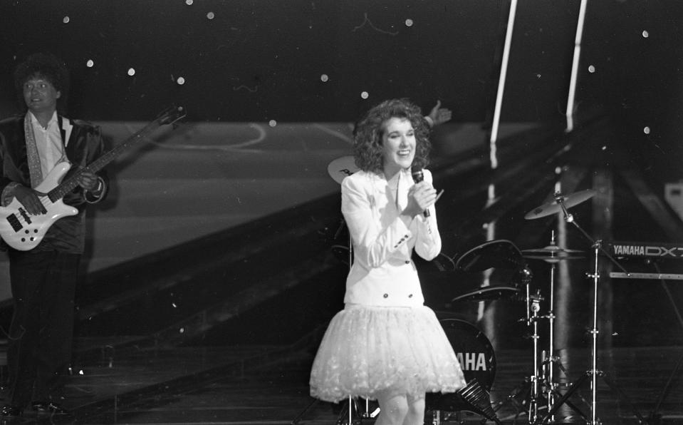 La cantante canadiense ganó el Festival de Eurovisión de 1988 como representante de Suiza. Subió al escenario para cantar 'Ne partez pas sans moi' con una minifalda de tul blanca que combinó con una blazer del mismo color. Había nacido una estrella y un nuevo icono de estilo. (Foto: Independent News and Media / Getty Images)