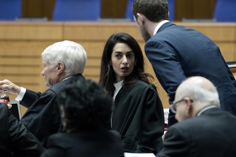 Lawyers representing Armenia, Amal Clooney (C) and Geoffrey Robertson (L), wait on January 28, 2015, for the start of the appeal hearing in Perincek case before the European Court of Human Rights in the eastern French city of the Strasbourg (AFP Photo/Frederick Florin)