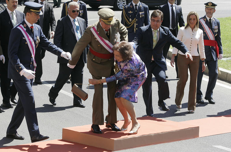Spanish Queen Sofia (C) stumbles as King Juan Carlos (2nd L) helps her next to Crown Prince Felipe (L) and Minister of Defence Carme Chacon (R) during celebrations marking Spanish Armed Forces Day in Badajoz May 30, 2010. REUTERS/Javier Barbancho (SPAIN - Tags: MILITARY ROYALS IMAGES OF THE DAY PROFILE)