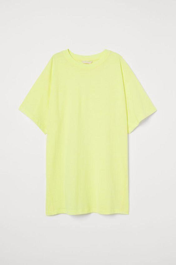 """<strong><a href=""""https://www2.hm.com/en_us/productpage.0798524001.html"""" target=""""_blank"""" rel=""""noopener noreferrer"""">Get the oversized T-shirt at H&M for $17.99.</a></strong>"""