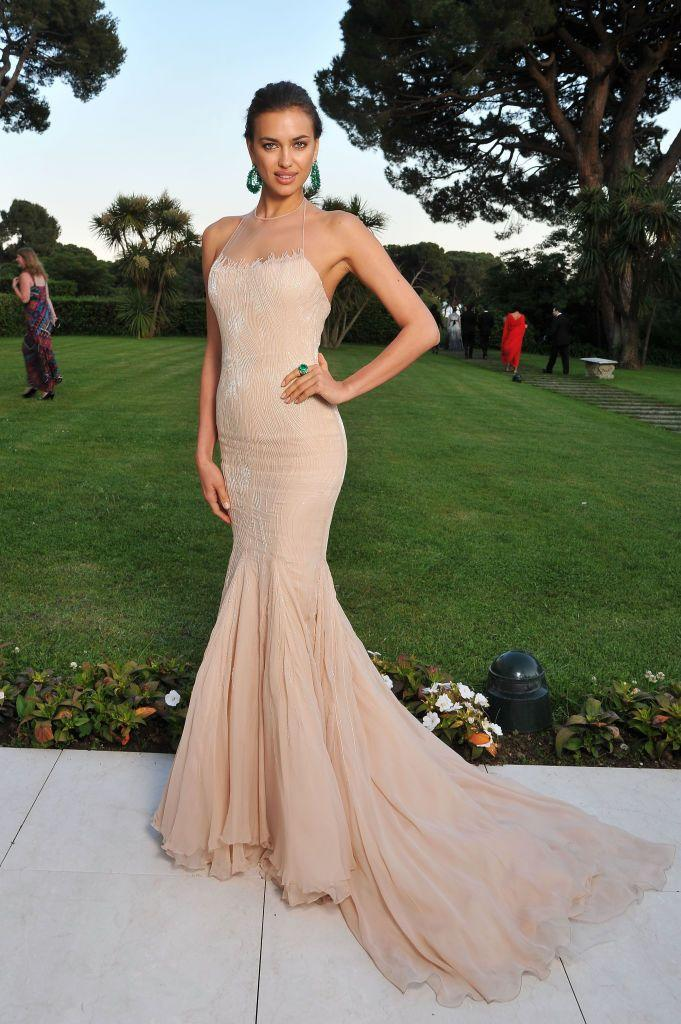 <p>Shayk paired her peach fishtail dress with emerald-green earrings. </p>