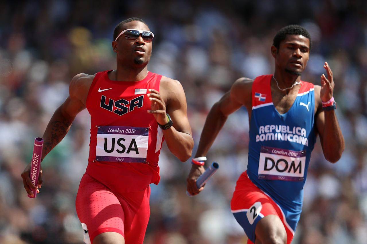 LONDON, ENGLAND - AUGUST 09:  Manteo Mitchell of the United States and Gustavo Cuesta of Dominican Republic compete during the Men's 4 x 400m Relay Round 1 heats on Day 13 of the London 2012 Olympic Games at Olympic Stadium on August 9, 2012 in London, England.  (Photo by Feng Li/Getty Images)