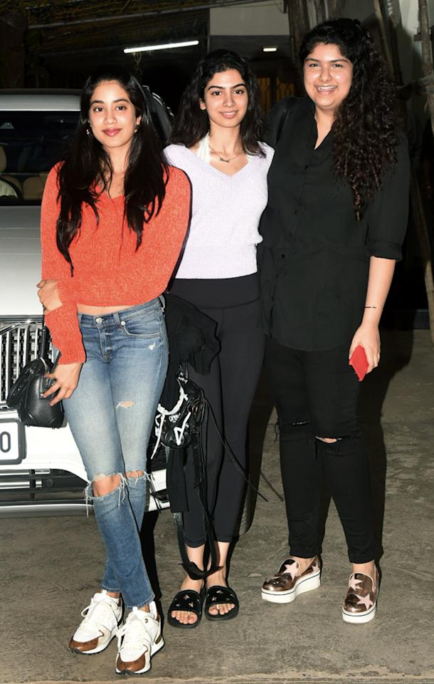 <p>Kapoor sisters are happy girls </p>