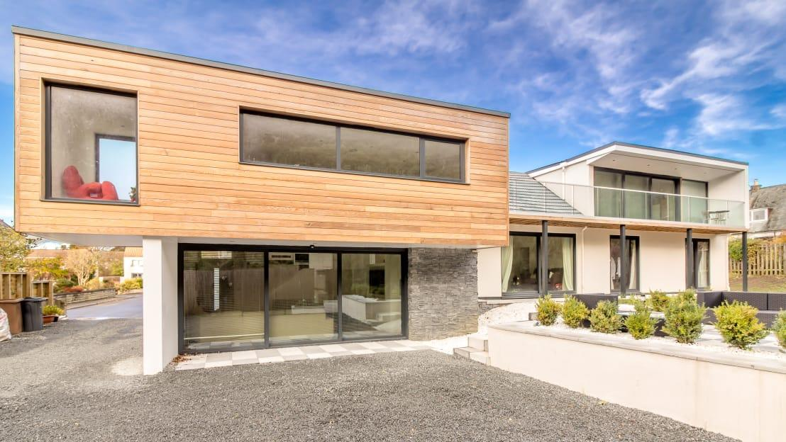 <p>Thanks to the renovation and modern extension, this bungalow is now about 50% bigger, with a new attic conversion to brag about. And since the site is located on a steep slope, that allowed the new extension to be split over several levels, resulting in a most unique design.</p>  Credits: homify / Capital A Architecture