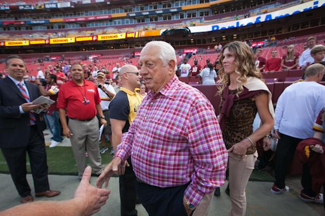 Former Los Angeles Dodgers baseball manager Tommy Lasorda, center ,is greeted by fans as he arrives on the field for their NFL football game between the Philadelphia Eagles and the Washington Redskins, Monday, Sept. 9, 2013, in Landover, Md. (AP Photo/The Wilmington News-Journal, Suchat Pederson)