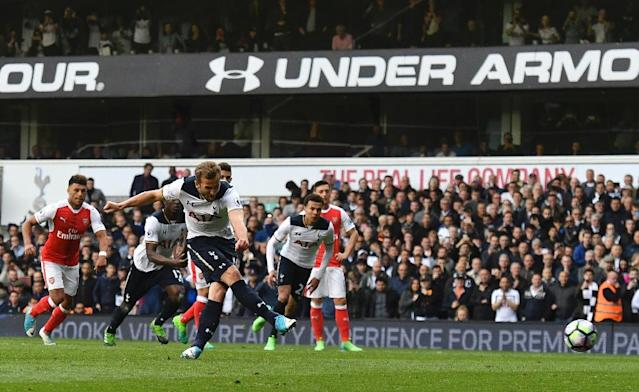 Tottenham Hotspur's striker Harry Kane (C) takes the penalty to score on April 30, 2017 (AFP Photo/Ben STANSALL)