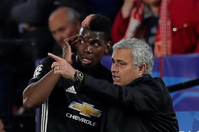Soccer Football - Champions League Round of 16 First Leg - Sevilla vs Manchester United - Ramon Sanchez Pizjuan, Seville, Spain - February 21, 2018 Manchester United manager Jose Mourinho speaks with Paul Pogba during the game Action Images via Reuters/Andrew Couldridge