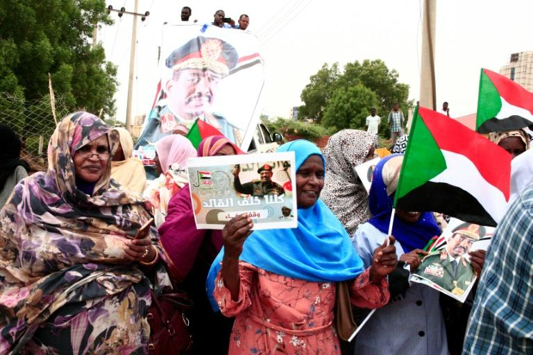 Supporters of Sudan's deposed ruler Omar al-Bashir gather in protest outside the court house in Khartoum (AFP Photo/Ebrahim HAMID)