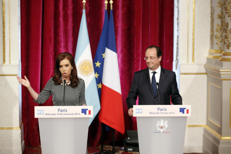 French President Francois Hollande, right, and Argentine President Cristina Fernandez attend a press conference at the Elysee Palace in Paris, Wednesday, March 19, 2014. Fernandez met French counterpart and discussed ways to tackle her country's growing international debt. (AP Photo/Christophe Ena)