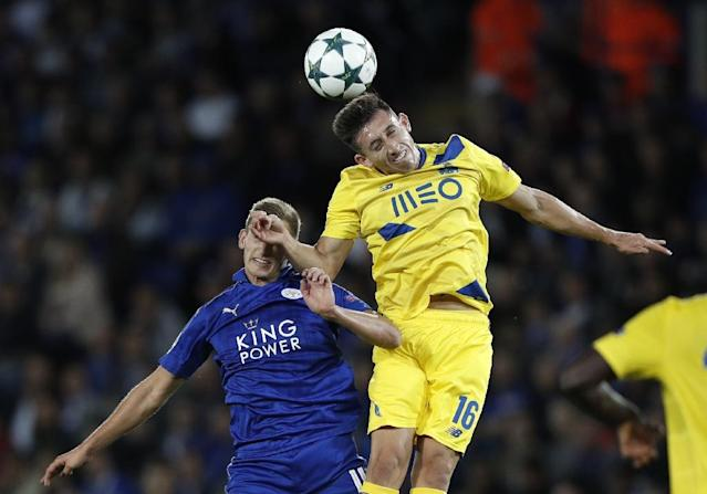 Leicester City's Marc Albrighton (L) and Porto's Hector Herrara vie for the ball during their UEFA Champions League group G match (AFP Photo/Adrian Dennis)