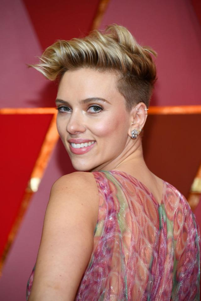 """<p>Scarlett Johanssen had one of the most talked-about hair moments on the red carpet. Suave Professionals celebrity stylist Jenny Cho saidthe inspiration behind Scarlett's look was """"rockabilly chic."""" To weatherproof this style, she used<span><a rel=""""nofollow"""" href=""""http://www.suave.com/product/detail/1294733/honey-infusion-ten-in-one-leave-in-conditioner"""" rel=""""nofollow"""">Suave Professionals Honey Infusion 10in1 Leave-in Conditioning Cream</a></span>from roots to ends, followed by<a rel=""""nofollow"""" href=""""http://www.suave.com/product/detail/909816/sea-mineral-infusion-texturizing-sea-salt-spray"""" rel=""""nofollow"""">Suave Professionals Sea Mineral Infusion Texturizing Sea Salt Spray</a>for added texture. (Photo: Getty Images) </p>"""